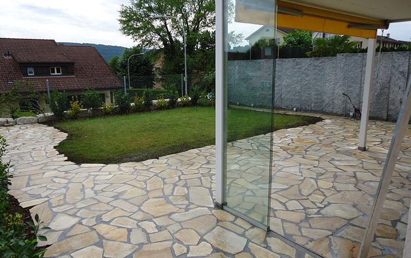 Sitzplatz mit Mosaikplatten gespalten, formwild